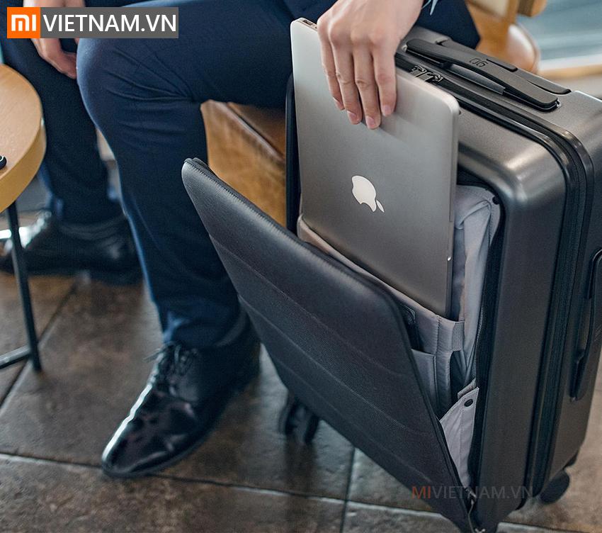 Vật liệu: Nhựa: 100% Makrolon TM Polycarbonate, Vải: World class indestructible 3 layered PC, chống nước nhẹ Tay cầm bằng nhôm, có thể chọn 4 nấc độ cao Ngăn laptop riêng phía trước, 7 ngăn đựng đồ chơi khắp nơi Khoá TSA Kích thước 37.5 cm x 22.3cm x 55cm (không bao gồm bánh xe) Chuẩn 20' carry on đem được lên máy bay