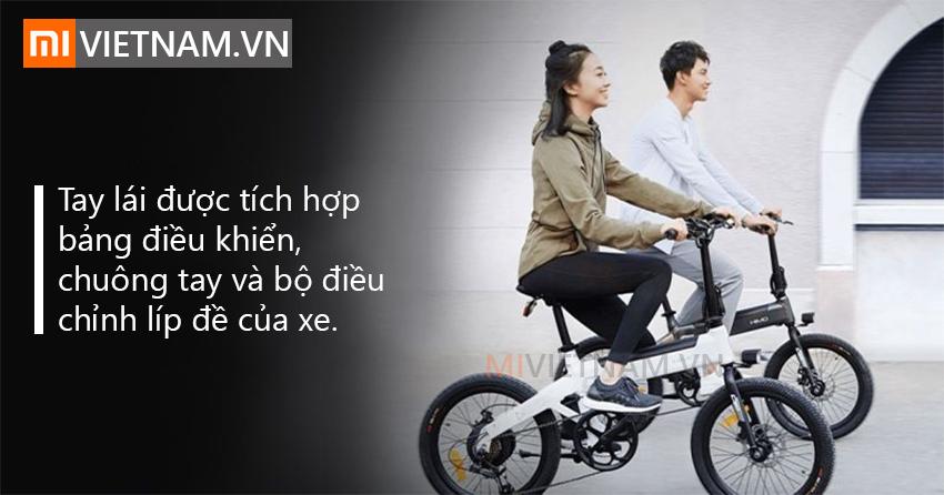 MÔ TẢ SẢN PHẨM Gã khổng lồ công nghệ Trung Quốc, Xiaomi, mới đây đã cho ra mắt chiếc Xe Đạp Điện Xiaomi HIMO C20 hoàn toàn mới, ấn tượng và có nhiều tính năng ưu việt, những nâng cấp tuyệt vời, quả thực là một chiếc xe đạp điện của năm 2019, phương tiện hoàn hảo cho cuộc sống xanh ngày nay, đảm bảo bạn hoàn toàn hài lòng khi sử dụng. Về kiểu dáng tổng thể, Xe Đạp Điện Xiaomi HIMO C20 mang vẻ đẹp tinh tế, thân thiện, đẹp mắt, trông sang trọng với sự kết hợp giữa tông màu trắng và đen, kích thước 1470 x 610 x 1060mm, có phần nhỏ gọn hơn các loại xe thông thường. Ghi đông có thể gấp lại cho gọn vào cốp xe hơi, dễ dàng di chuyển đến nơi khác. Tay lái được tích hợp bảng điều khiển, chuông tay và bộ điều chỉnh líp đề của xe. Tư thế ngồi lái cũng rất vừa tầm, yên có thể nâng lên hạ xuống, phù hợp hầu hết chiều cao của người Việt, cho cảm giác thoải mái khi cầm lái trong thời gian dài. Lưu ý là xe chỉ chịu tải khoảng 100kg thôi nhé, sẽ phù hợp hơn với các bạn teen hoặc người lớn ko quá nặng cân. CHẾ ĐỘ ĐIỀU KHIỂN Xe Đạp Điện Xiaomi HIMO C20 được trang bị 3 chế độ đạp: thủ công, trợ điện và thuần điện. Ở chế độ trợ điện, xe có thể di chuyển tối đa 100km, rất ấn tượng. Bảng điều khiển trên tay lái giúp bạn có thể chuyển linh hoạt các chế độ này cũng như xem các thông số như vận tốc, quãng đường đi được, thời lượng pin. Xe có thể di chuyển trong điều kiện thời tiết xấu? Vô tư, vì các bộ phận điện tử trên xe có thể chống nước chuẩn IPX5, nên bạn không cần phải lo lắng về điều này. Hệ thống đèn chiếu sáng của xe được tích hợp một cách tinh tế ở cả phía trước và sau để bảo vệ sự an toàn trên đường đi. Hệ thống đèn được thiết kế diện tích đủ lớn để báo hiệu cho các phương tiện khác chú ý. ĐỘNG CƠ MẠNH MẼ Tốc độ tối đa của xe đạt 25km/h, một tốc độ vừa đủ an toàn cho môi trường đô thị. Bên cạnh đó, xe cũng được trang bị hệ thống líp đề 6 cấp cho phép bạn tùy chỉnh phù hợp với mọi địa hình và sở thích sử dụng của bạn. Điểm độc đáo của Xe Đạp Điện Xiaomi HIMO C20 đến từ phần yên xe, 